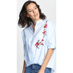 Niebieska Koszula Say A Little Fashion. Niebieskie koszule damskie Born2be, s, z aplikacjami, klasyczne, z wykładanym kołnierzem. Za 74,99 zł.