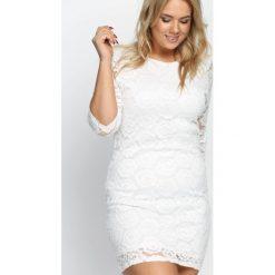 Biała Sukienka City Strolls. Białe sukienki hiszpanki Born2be, xxl, w koronkowe wzory, z koronki, z okrągłym kołnierzem, mini, dopasowane. Za 49,99 zł.