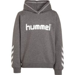 Hummel KESS Bluza z kapturem medium melange. Szare bluzy chłopięce rozpinane marki Hummel, z bawełny, z kapturem. W wyprzedaży za 134,10 zł.