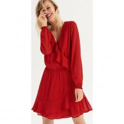 Sukienka z falbankami - Czerwony. Czerwone sukienki z falbanami marki Sinsay, l, z falbankami. Za 79,99 zł.