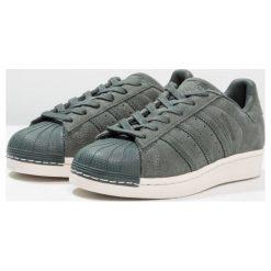 Adidas Originals SUPERSTAR Tenisówki i Trampki green night. Zielone tenisówki męskie marki adidas Originals, z materiału. W wyprzedaży za 239,40 zł.