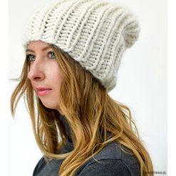 Czapki zimowe damskie: Biała czapka z wełny i alpaki na drutach