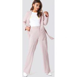 Spodnie damskie: NA-KD Classic Dopasowane spodnie z szerokimi nogawkami - Pink