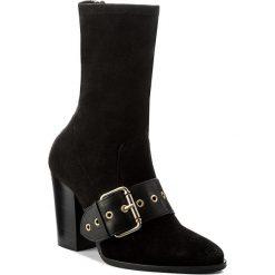 Botki TOMMY HILFIGER - Gigi Hadid Heeled Boot FW0FW02199 Black 990. Czarne botki damskie na obcasie marki TOMMY HILFIGER, z materiału, z okrągłym noskiem. W wyprzedaży za 449,00 zł.
