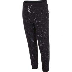 Spodnie dresowe dla dużych chłopców JSPMD203 - GŁĘBOKA CZERŃ. Czarne spodnie chłopięce marki 4F JUNIOR, na lato, z bawełny. Za 49,99 zł.