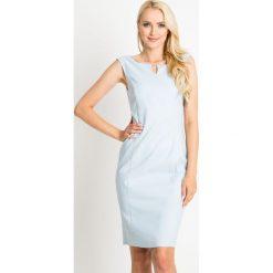 Błękitna ołówkowa sukienka QUIOSQUE. Niebieskie sukienki balowe marki QUIOSQUE, na imprezę, s, z kopertowym dekoltem, bez rękawów, kopertowe. W wyprzedaży za 89,99 zł.