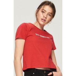 T-shirty damskie: Krótki t-shirt z napisem - Czerwony