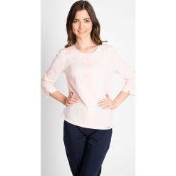 Bluzki damskie: Różowa bluzka z plisą QUIOSQUE
