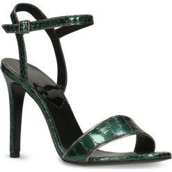Sandały GINA. Zielone sandały damskie Gino Rossi, z motywem zwierzęcym, ze skóry, na wysokim obcasie, na szpilce. Za 149,90 zł.