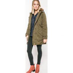 Wrangler - Jeansy. Szare jeansy damskie rurki marki Wrangler, na co dzień, m, z nadrukiem, casualowe, z okrągłym kołnierzem, mini, proste. W wyprzedaży za 259,90 zł.