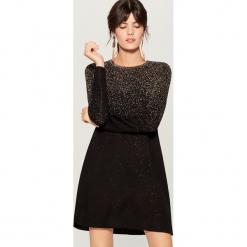Swetrowa sukienka z metalizowaną nicią - Czarny. Czarne sukienki z falbanami marki Mohito, l. Za 139,99 zł.