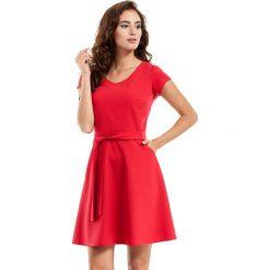 Czerwona Sukienka Rozkloszowana z Wiązanym Paskiem. Czarne sukienki na komunię marki Mohito, l, z dekoltem na plecach. Za 109,90 zł.