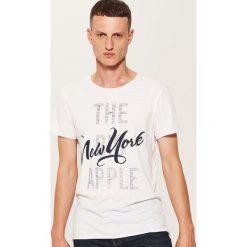 T-shirt z napisem - Kremowy. Białe t-shirty męskie House, l, z napisami. W wyprzedaży za 19,99 zł.