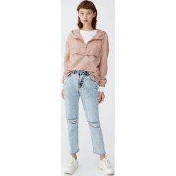 Jeansy mom fit z przetarciami. Szare jeansy damskie relaxed fit Pull&Bear. Za 109,00 zł.