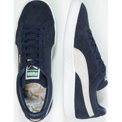 Puma SUEDE CLASSIC+ Tenisówki i Trampki peacoat/white. Niebieskie trampki męskie Puma, z materiału. W wyprzedaży za 271,20 zł.