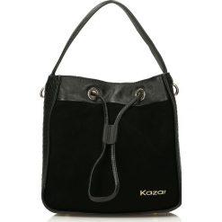 Czarna torebka na ramię. Czarne torebki klasyczne damskie Kazar, w paski, ze skóry, zdobione. Za 749,00 zł.