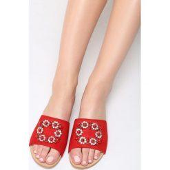 Czerwone Klapki Glamour Check. Brązowe klapki damskie marki Born2be, z materiału, na obcasie. Za 69,99 zł.