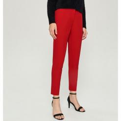Spodnie Chino - Czerwony. Czerwone chinosy damskie marki Sinsay. Za 59,99 zł.