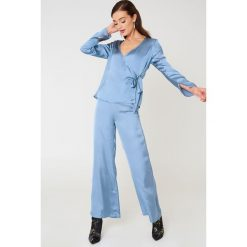 Spodnie z wysokim stanem: NA-KD Trend Szerokie spodnie z satyny z wysokim stanem – Blue