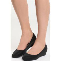 Czarne Koturny Issues. Czarne buty ślubne damskie Born2be, z materiału, z okrągłym noskiem, na koturnie. Za 49,99 zł.