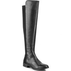 Muszkieterki CLARKS - Caddy Belle 261079044 Black Leather. Czarne buty zimowe damskie Clarks, z materiału, na obcasie. W wyprzedaży za 619,00 zł.