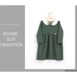 Sukienka z kolnierzykiem i aksamitka szmaragdowa. Zielone sukienki dziewczęce Pakamera, z długim rękawem, długie. Za 129,00 zł.