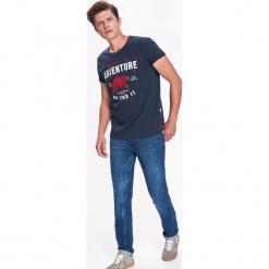 T-SHIRT MĘSKI Z NADRUKIEM. Szare t-shirty męskie Top Secret, na jesień, m, z nadrukiem, z bawełny. Za 39,99 zł.