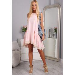 Sukienki: Sukienka z falbaną i gipiurą jasnoróżowa 2571
