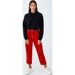 Bluza z kapturem z prążkowanego materiału. Czarne bluzy z kapturem damskie Pull&Bear, prążkowane. Za 59,90 zł.
