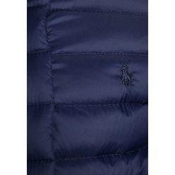 Polo Ralph Lauren QUILTED OUTERWEAR Kurtka przejściowa newport navy. Niebieskie kurtki dziewczęce przeciwdeszczowe Polo Ralph Lauren, na zimę, z materiału. W wyprzedaży za 440,30 zł.