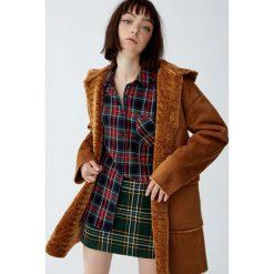 Płaszcz z kapturem z dwustronnym wykończeniem. Brązowe płaszcze damskie Pull&Bear. Za 249,00 zł.