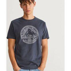 T-shirt z nadrukiem - Granatowy. Niebieskie t-shirty męskie z nadrukiem marki Reserved. Za 49,99 zł.
