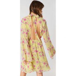 Sukienki hiszpanki: Andrea Hedenstedt x NA-KD Sukienka z wycięciem – Multicolor,Yellow