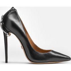 Czarne czółenka damskie. Białe buty ślubne damskie marki Kazar, ze skóry, na wysokim obcasie, na szpilce. Za 599,00 zł.
