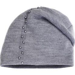 Czapki zimowe damskie: Jasnoszara czapka z perełkami QUIOSQUE