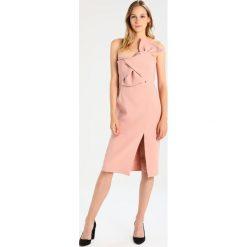 Sukienki hiszpanki: True Decadence Sukienka koktajlowa pale blush