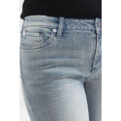 Armani Exchange Jeans Skinny Fit indigo denim. Czarne jeansy damskie marki Armani Exchange, l, z materiału, z kapturem. W wyprzedaży za 370,30 zł.