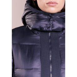 CLOSED WHISTLE Kurtka zimowa navy. Niebieskie kurtki damskie zimowe CLOSED, xs, z materiału. W wyprzedaży za 954,85 zł.