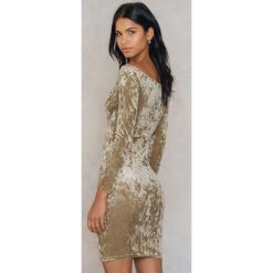 NA-KD Party Aksamitna sukienka z odkrytymi ramionami - Beige. Niebieskie sukienki na komunię marki Reserved, z odkrytymi ramionami. Za 72,95 zł.