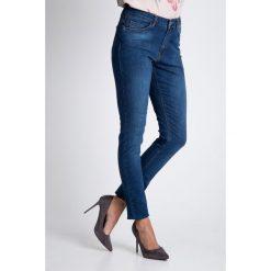 Dopasowane niebieskie spodnie jeansy  QUIOSQUE. Szare jeansy damskie marki QUIOSQUE, na co dzień, s, w koronkowe wzory, z dzianiny, z klasycznym kołnierzykiem, ołówkowe. W wyprzedaży za 109,99 zł.