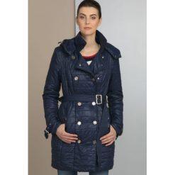Płaszcze damskie: Pikowany płaszcz z biżuteryjnymi guzikami