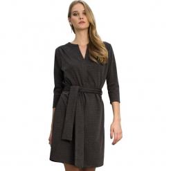 Sukienka w kolorze ciemnoszarym. Szare sukienki na komunię marki Almatrichi, l, w paski, midi, proste. W wyprzedaży za 149,95 zł.