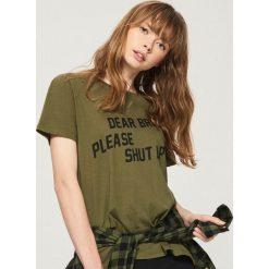 T-shirt z napisem - Khaki. Białe t-shirty damskie marki Sinsay, l, z napisami. W wyprzedaży za 9,99 zł.