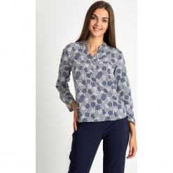 Koszulowa bluzka z dekoltem V QUIOSQUE. Szare bluzki koszulowe QUIOSQUE, z nadrukiem, z tkaniny, biznesowe. W wyprzedaży za 69,99 zł.