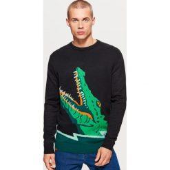 Sweter z krokodylem - Czarny. Czarne swetry klasyczne męskie marki Cropp, l. Za 89,99 zł.