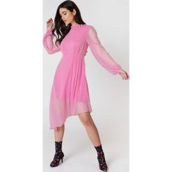 NA-KD Asymetryczna sukienka z wycięciem z tyłu - Pink. Różowe sukienki asymetryczne NA-KD, na imprezę, z poliesteru, z asymetrycznym kołnierzem. W wyprzedaży za 80,98 zł.