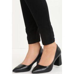 Czarne Czółenka Symmetric. Czarne buty ślubne damskie Born2be, ze skóry, ze szpiczastym noskiem, na niskim obcasie, na słupku. Za 39,99 zł.
