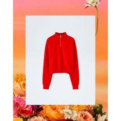 Czerwona bluza Pull&Bear by Rosalía. Niebieskie bluzy damskie marki Pull&Bear. Za 99,90 zł.
