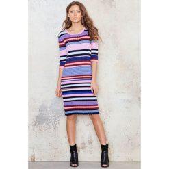 Paski damskie: NA-KD Sukienka z dzianiny w kolorowe paski - Multicolor