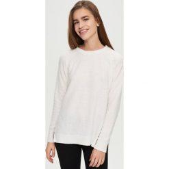 Swetry klasyczne damskie: Sweter z wiązaniem na ramionach – Biały